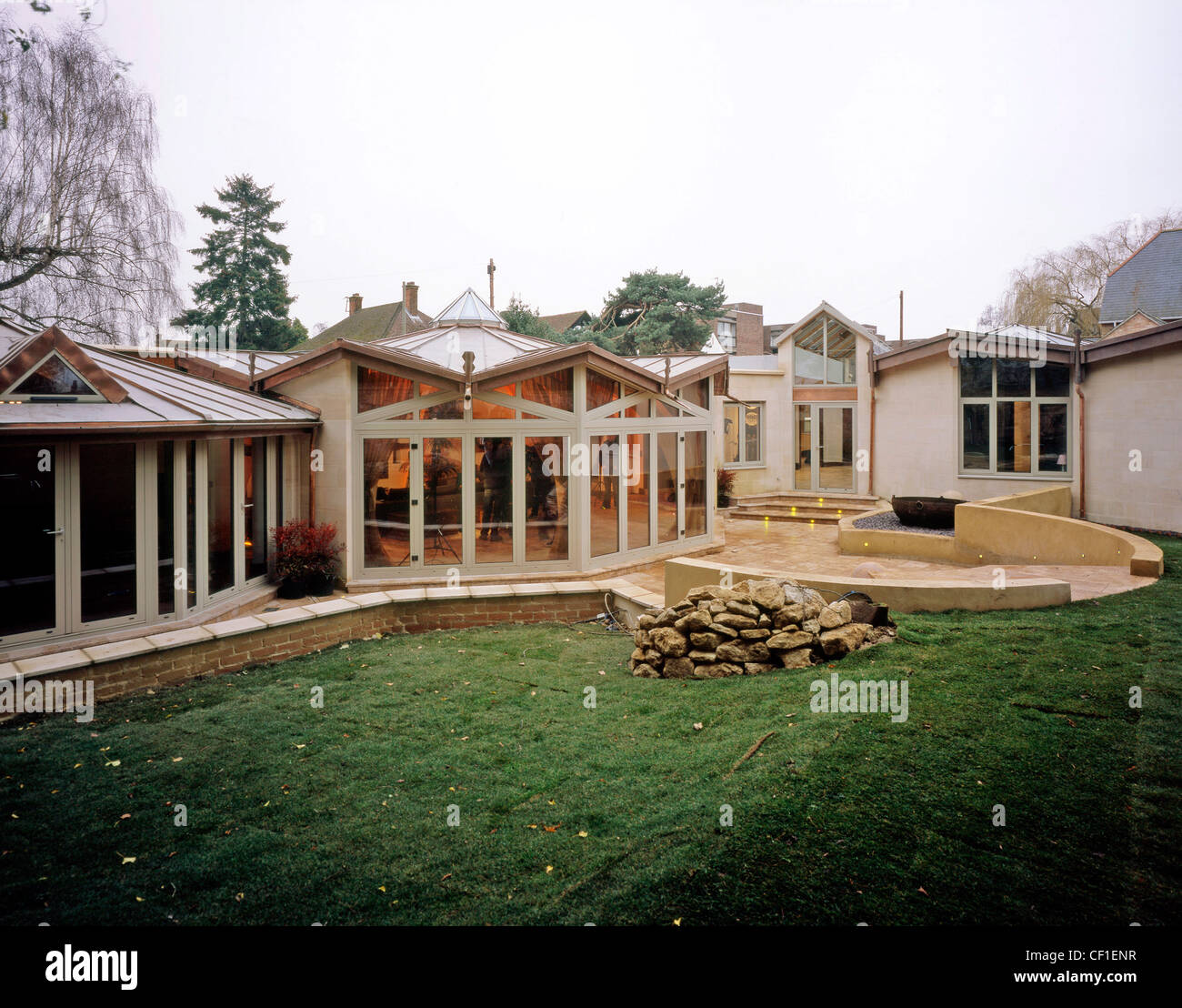 Das Exteriof Dekagon Haus In Oxford, England, Gefliest Glaswände Des  Wohnzimmer Mit Blick Auf Rasen Garten Terrasse Glenn Dearing