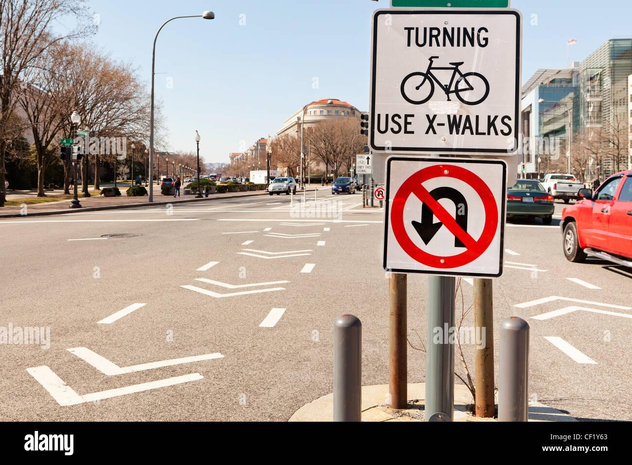 Verkehrszeichen in der Mitte der Straße Stockbild