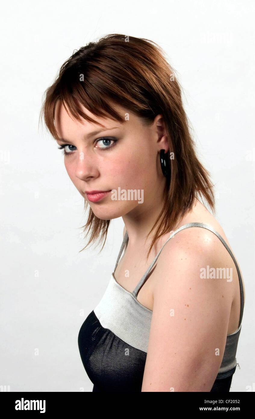 Semi Profil Von Weiblichen Schulter Länge Brünette Haare Fringe