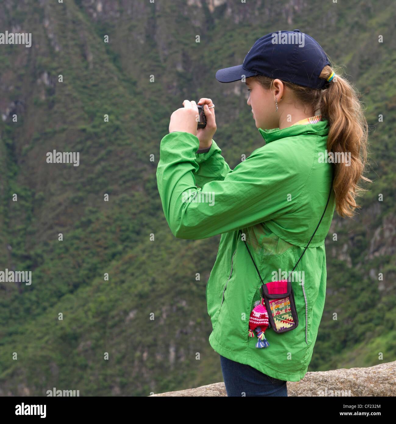 Ein Mädchen, eine Aufnahme mit einer Kamera in Machu Picchu; Peru Stockbild