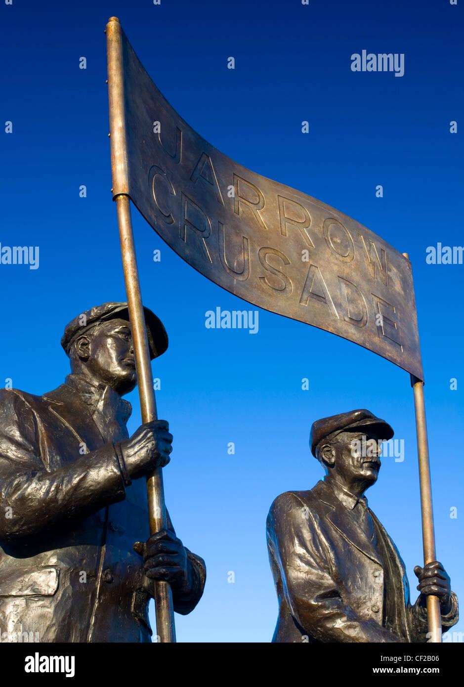 """Eine lebensgroße Bronzestatue unter dem Titel """"Der Geist von Jarrow"""" anlässlich des 65. Jahrestages Stockbild"""