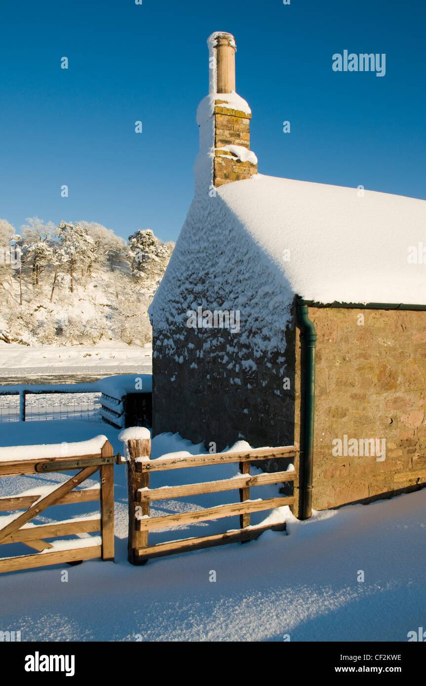 Die Giebelseite des Sands Shiel auf dem Fluss Tweed bedeckt von einem Winter Schneefall. Stockbild