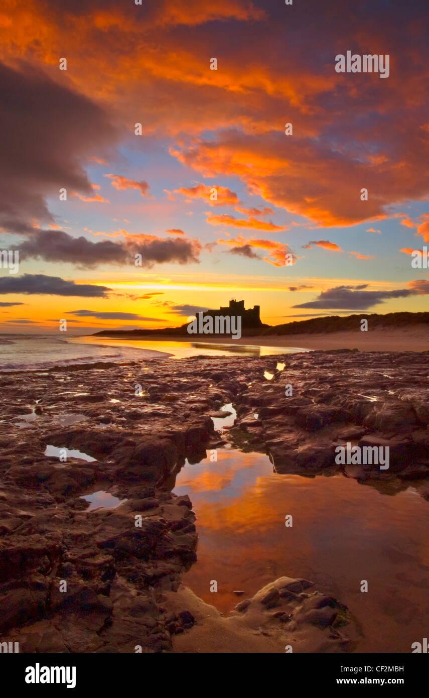 Bamburgh Castle an der Küste von Northumberland. Einmal war die Residenz der Könige von Northumbria, das Stockbild