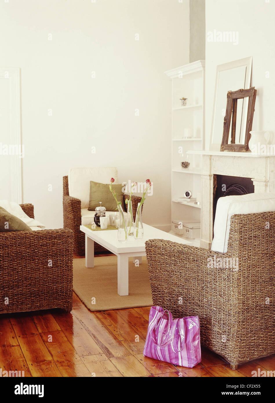 Salon Makeover Wohnzimmer weiße Wände und lackierte Holzböden ...