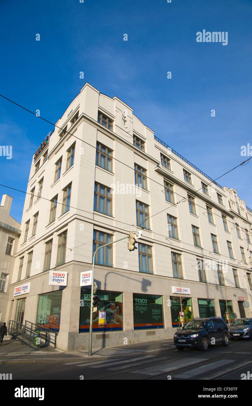 Wohngebäude mit neuen Tesco Ekspress auf Bodenhöhe Svobodova Straße Neustadt Prag Tschechische Republik Stockbild