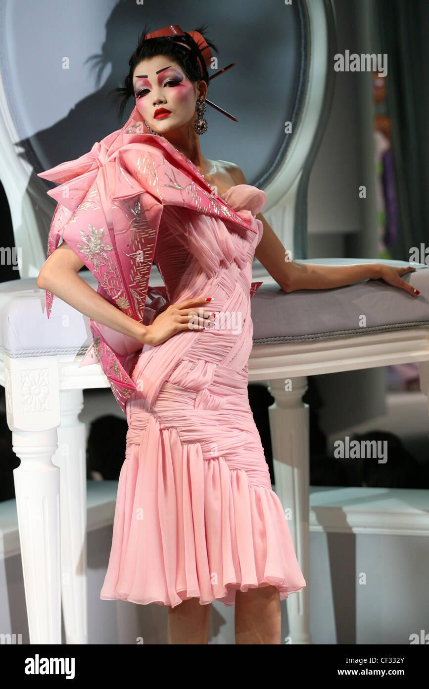 Paris Haute Couture DiSpring Sommer Modell Mo Wandan tragen orange Kunststoff-Streifen und Haarnadeln in schwarzen Stockfoto