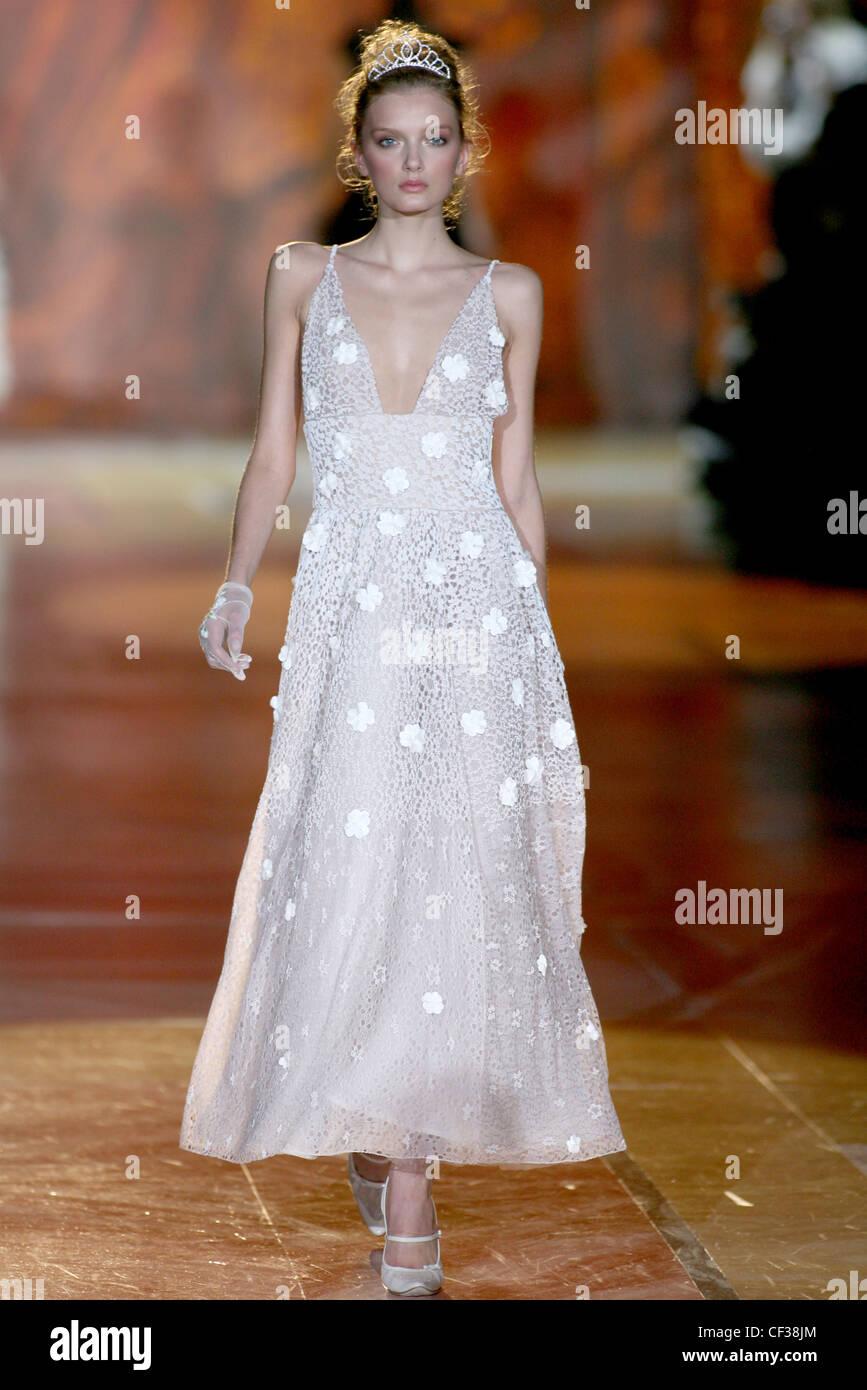 Ivory Lace Wedding Dress Stockfotos & Ivory Lace Wedding Dress ...