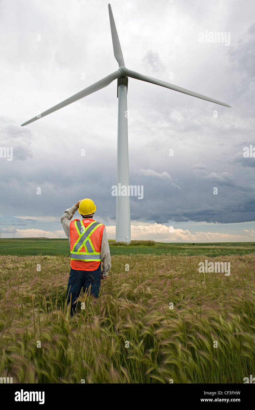 Wind Power Techniker stehen neben Windturbine, in der Nähe von Pincher Creek, Alberta. Stockbild