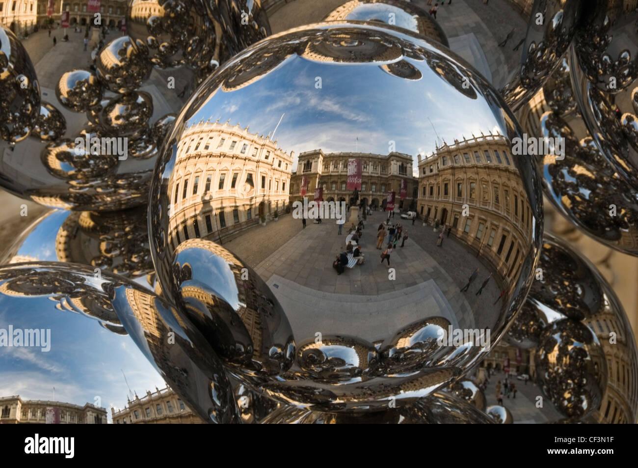 """Reflexionen von den Royal Academy Hof Anish ist """"Baum und das Auge"""" Skulptur, eine Anordnung von 76 glänzende Stockbild"""