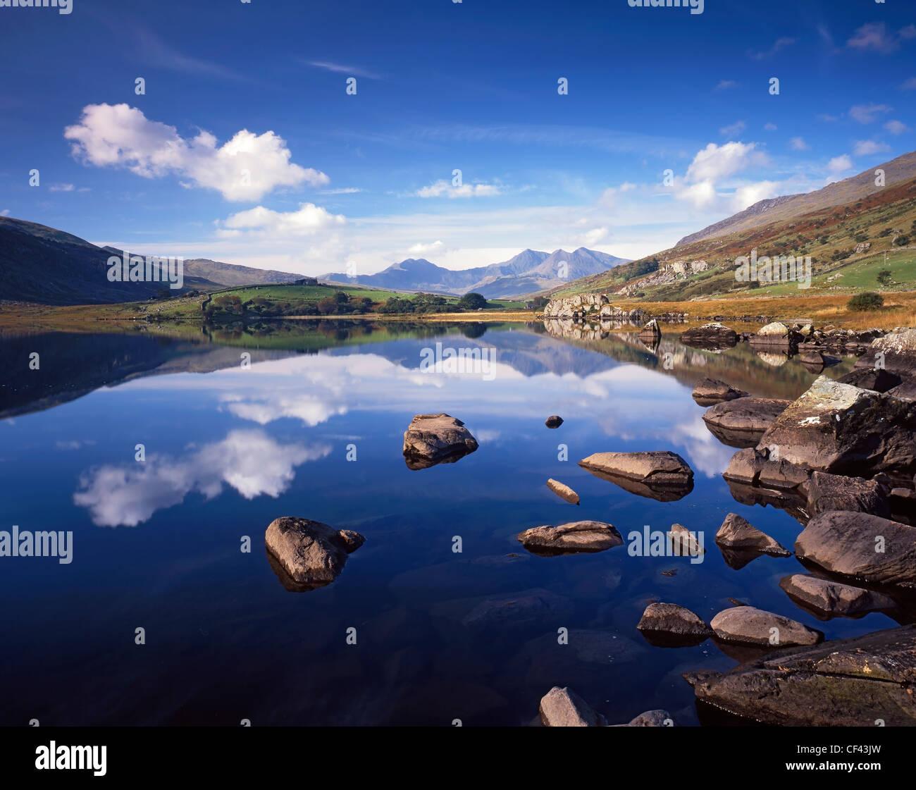 Blick über den stillen Wassern des Llyn Mymbyr in Richtung Snowdon. Stockbild