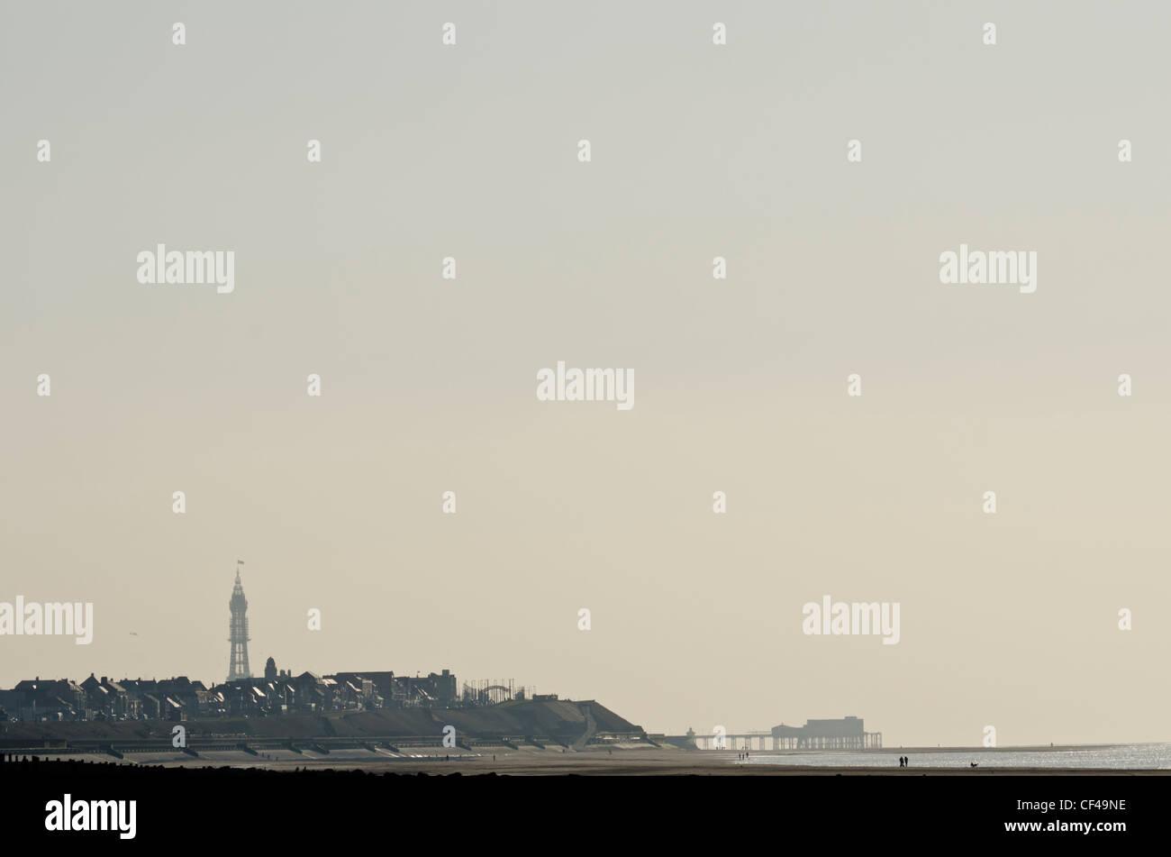 Blackpool Tower und dem North Pier in der Ferne Silhouette gegen den Himmel Stockfoto
