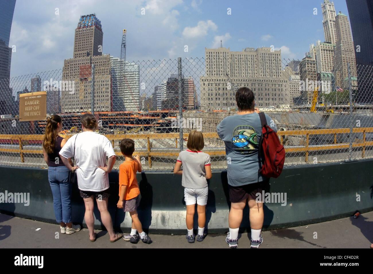 """NEW YORK, NY, USA - Familie von Touristen am """"Ground Zero"""" Standort des zerstörten World Trade Centers Stockbild"""
