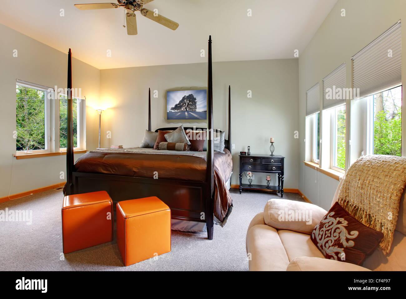 Großes Schlafzimmer mit fünf Fensterachsen und schwarze Post-Bett ...