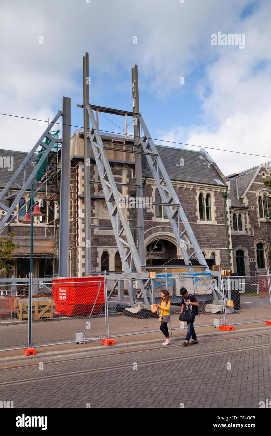 Christchurch Arts Centre wartet auf Reparatur, unterstützt durch eine strukturelle Klammer. Stockbild