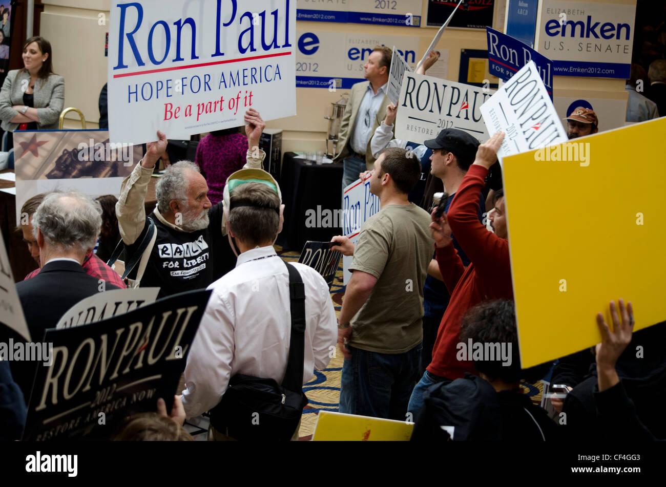 Ron Paul Unterstützer bei der California State GOP Convention 25.02.2012. Stockfoto