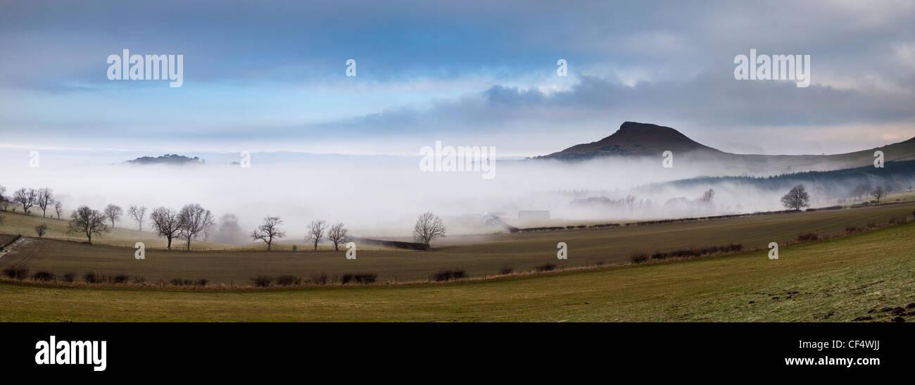 Februar Nebel enthüllt die markanten Gipfel der Nähe Topping oft verglichen mit dem Matterhorn in der Stockbild