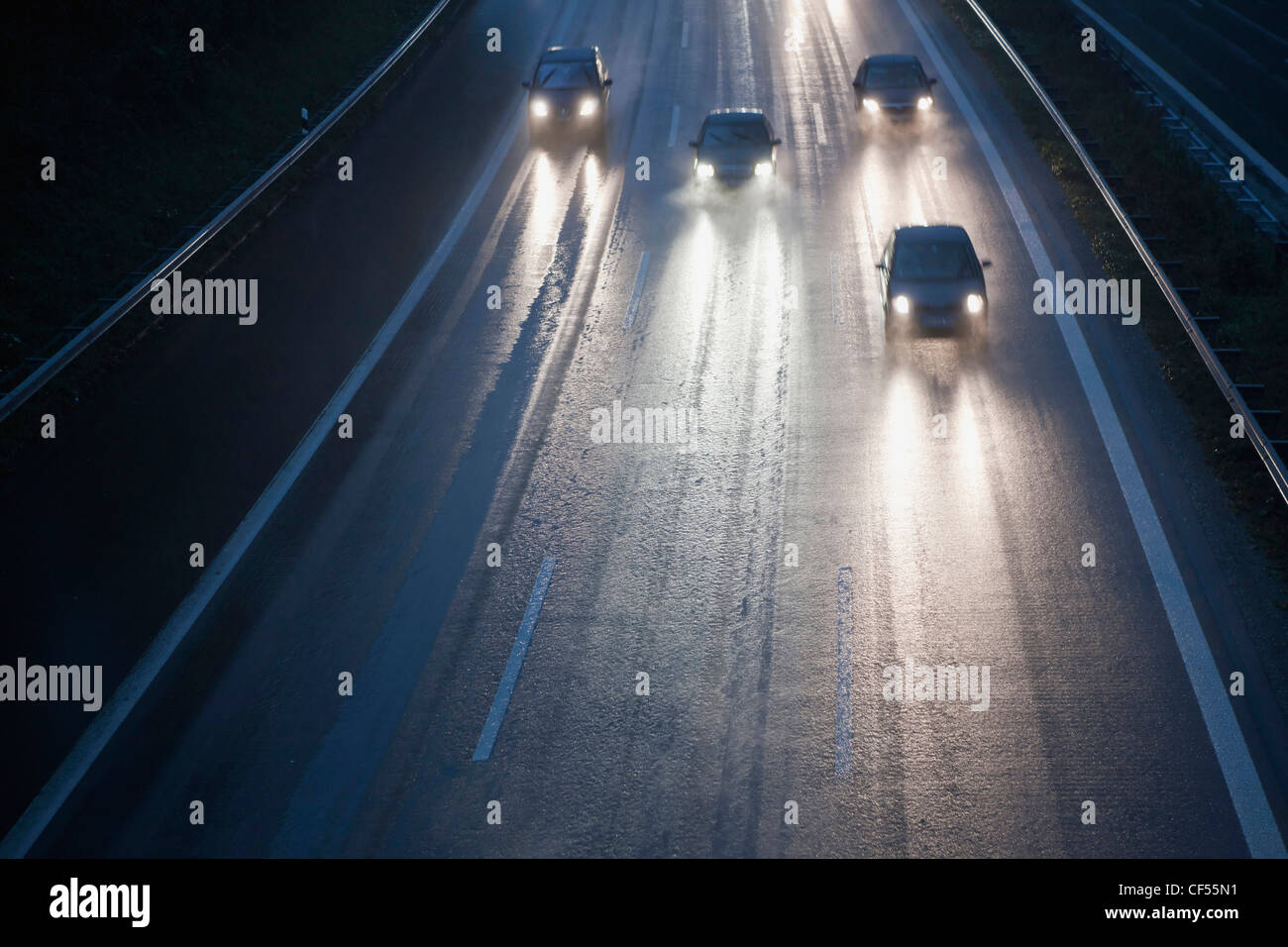 Deutschland, Bayern, Autos auf der Autobahn bei Regen Stockbild