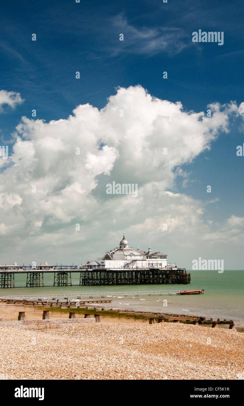 Blick über den Kiesstrand Eastbourne Pier. Stockfoto