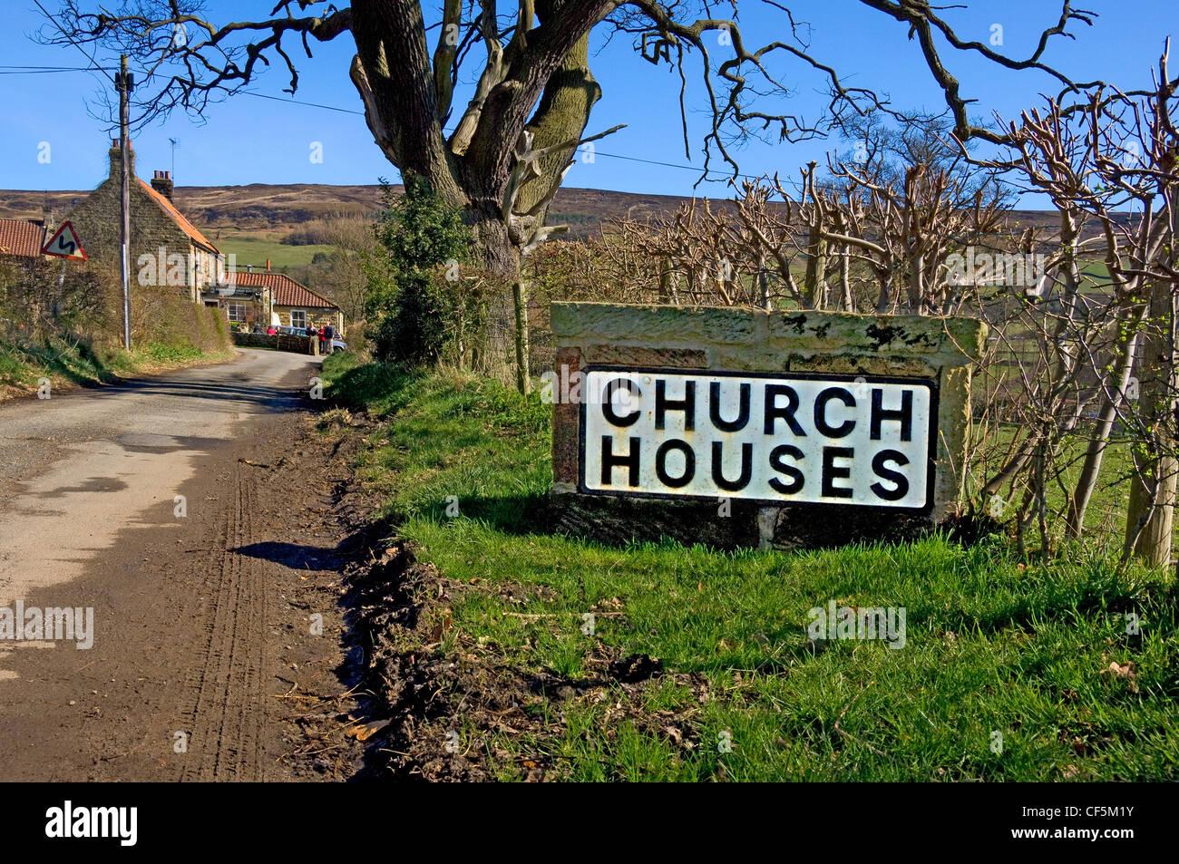 Stein-Schild außerhalb der Kirche die Häuser des Dorfes in Farndale. Stockbild