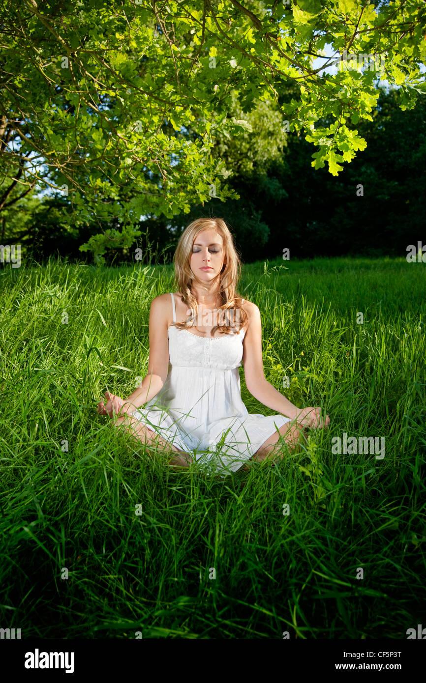 Weiblich blond grün