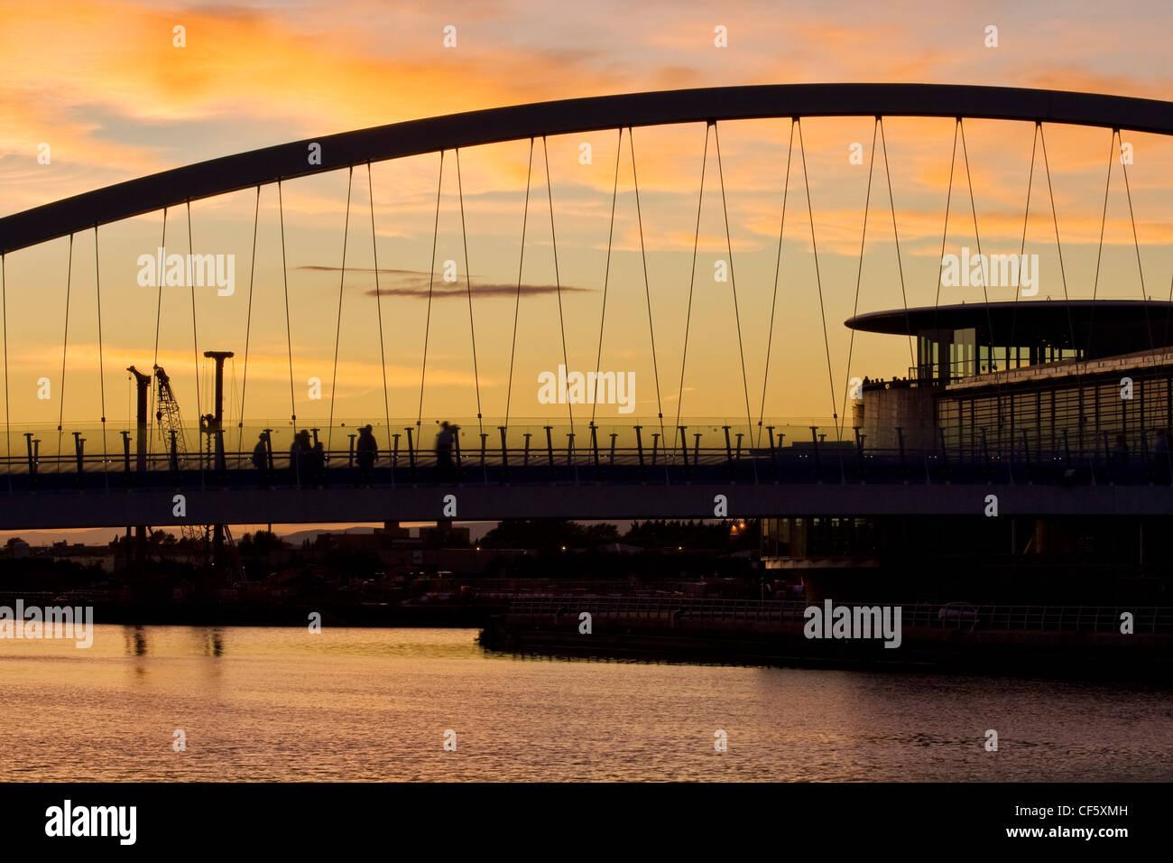 Gliederung der Salford Quays Millennium Bridge bei Sonnenuntergang. Stockbild