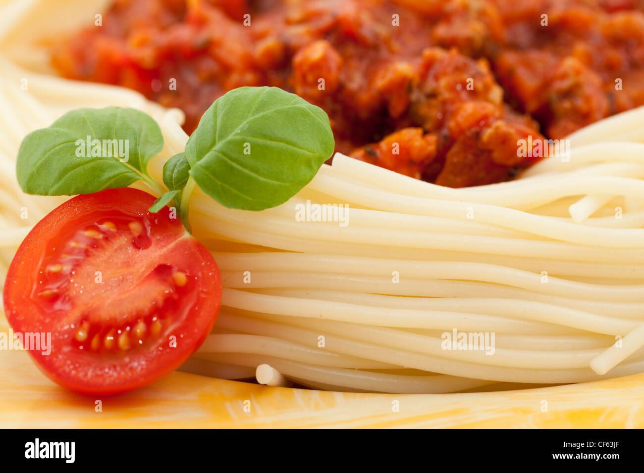 Nudeln mit Tomatensoße und frischem Basilikum Stockbild