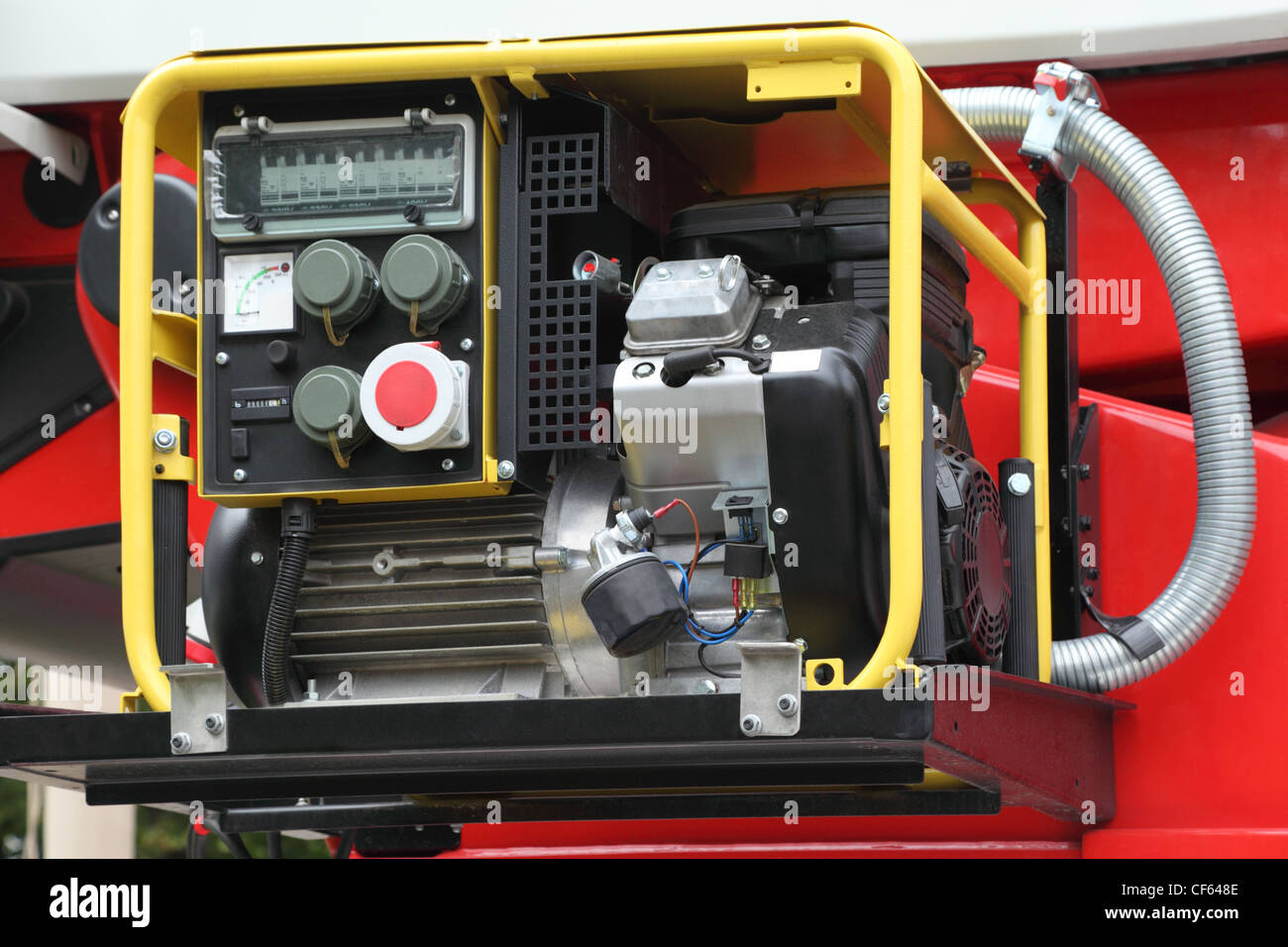 Black-Panel mit kompakten Stromerzeuger Benzin innen rote Feuerwehrauto Stockbild