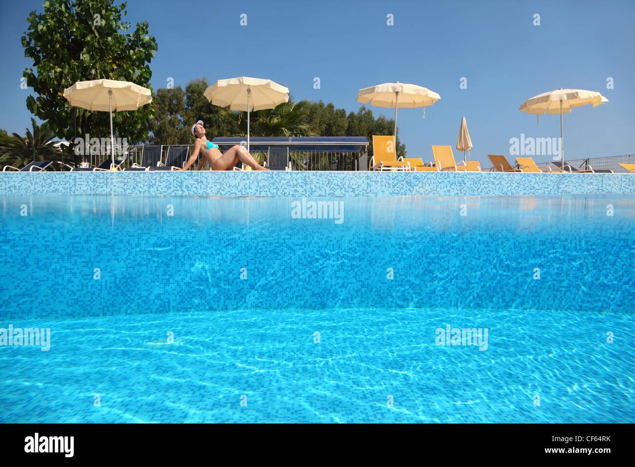 Frau wird in der n he pool unter offenen himmel tags ber in der n he von liegest hlen und - Mobelladen in der nahe ...