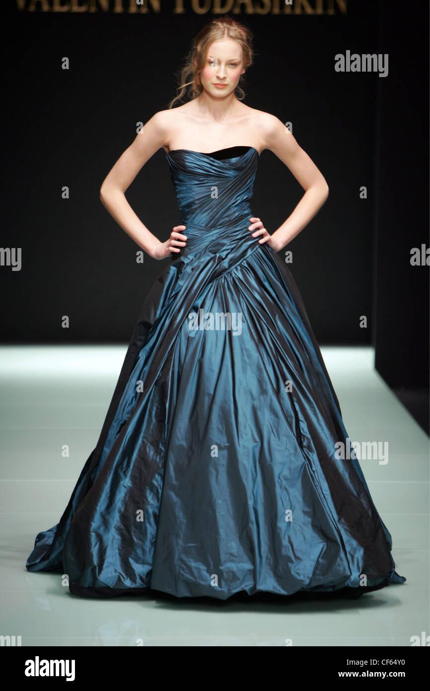 Blue Satin Ruched Gown Stockfotos & Blue Satin Ruched Gown Bilder ...