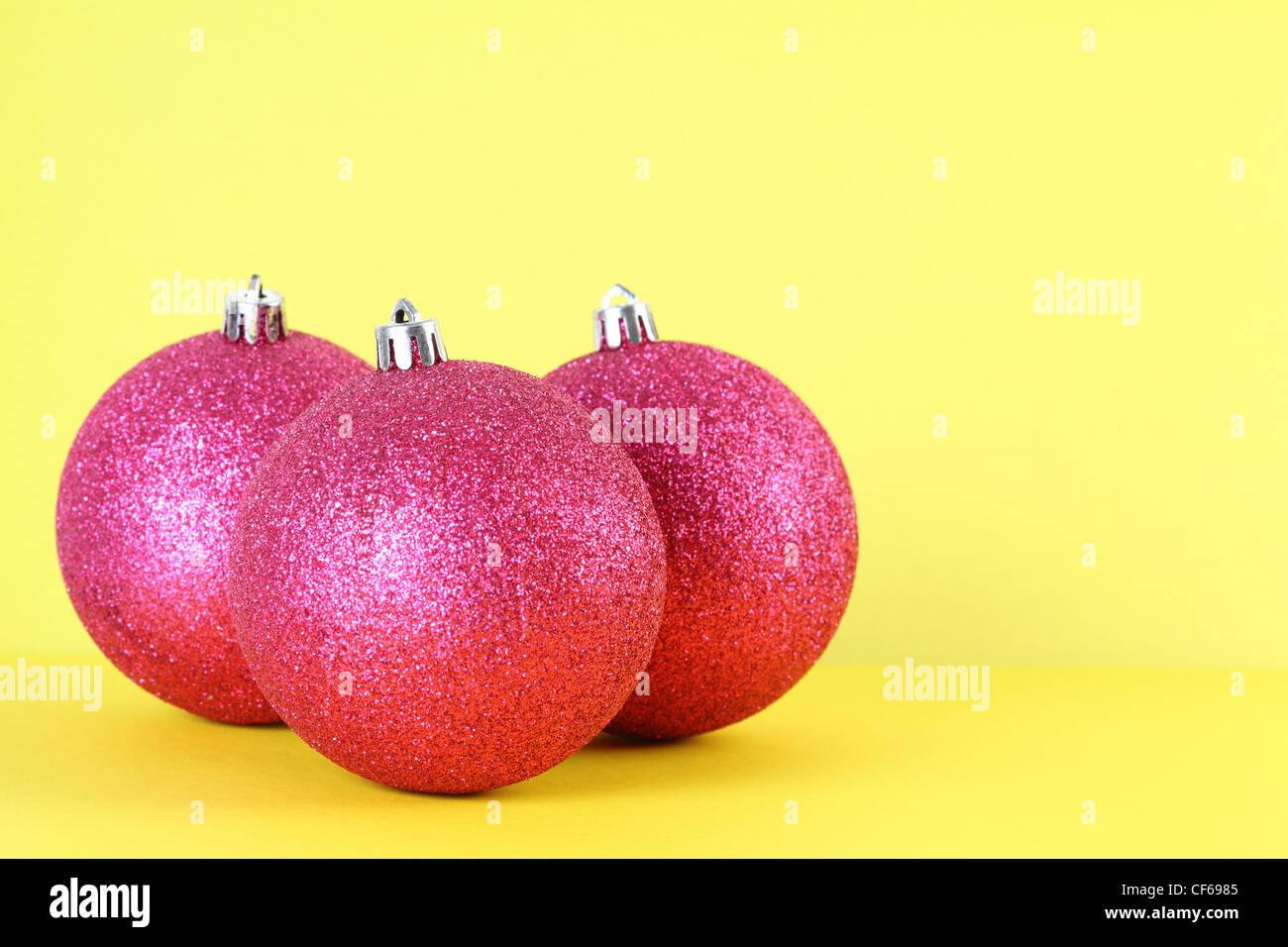 Christbaumkugeln Gelb.Drei Rote Christbaumkugeln Isoliert Auf Gelb Fokus Auf Vorderen