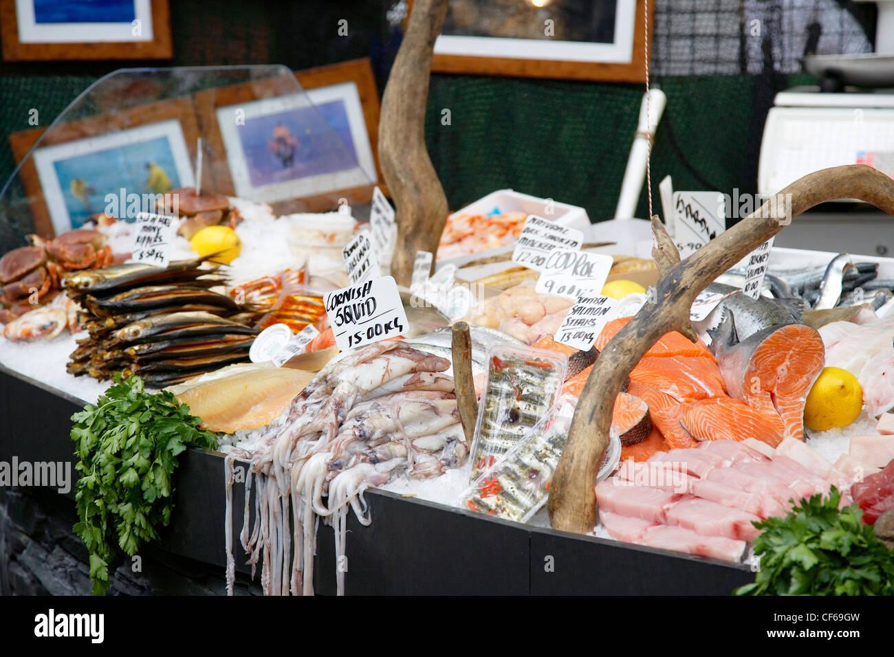 Eine detaillierte Ansicht der Fischtheke im Borough Market. Stockbild