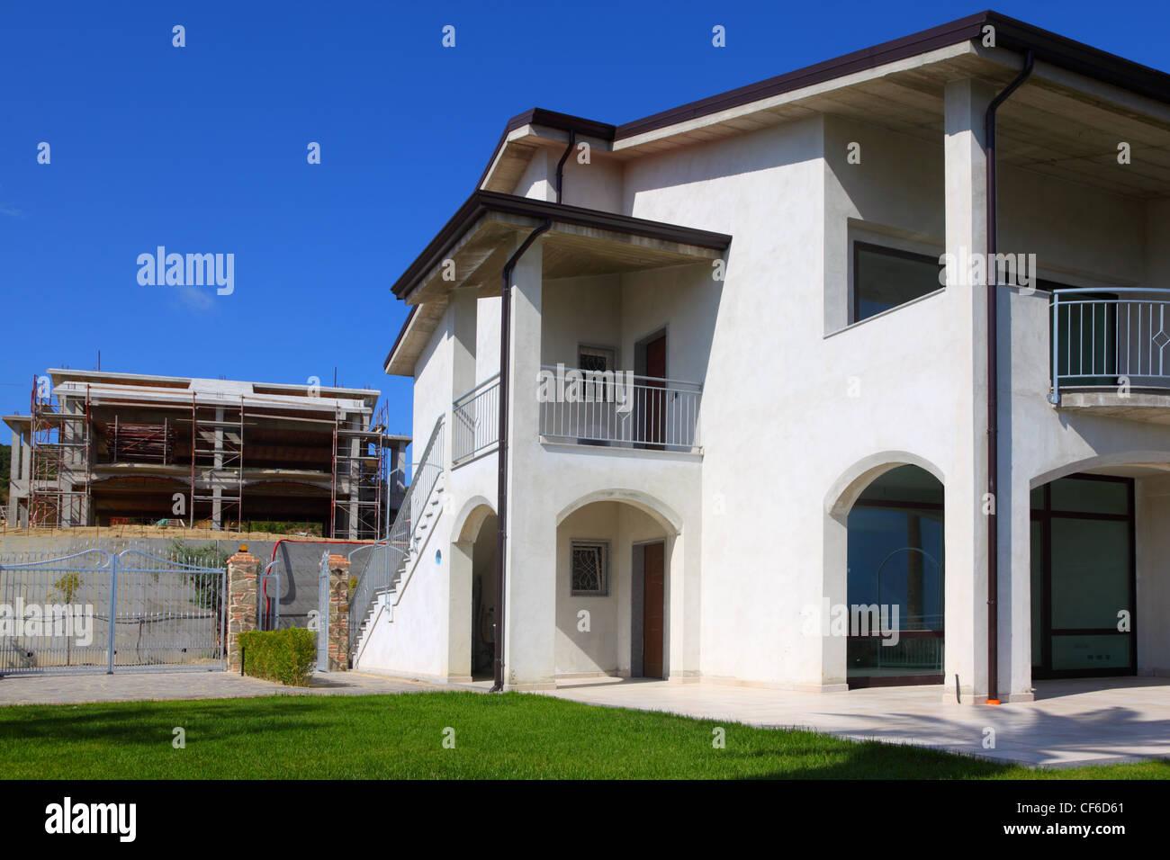 Bekannt Neu fertig weißes zweistöckiges Haus mit Garten, Balkon und Treppe JO78