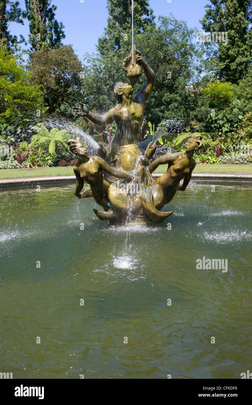 Ein Brunnen Mit Einer Skulptur Von Drei Bronzefiguren Im Queen Mary