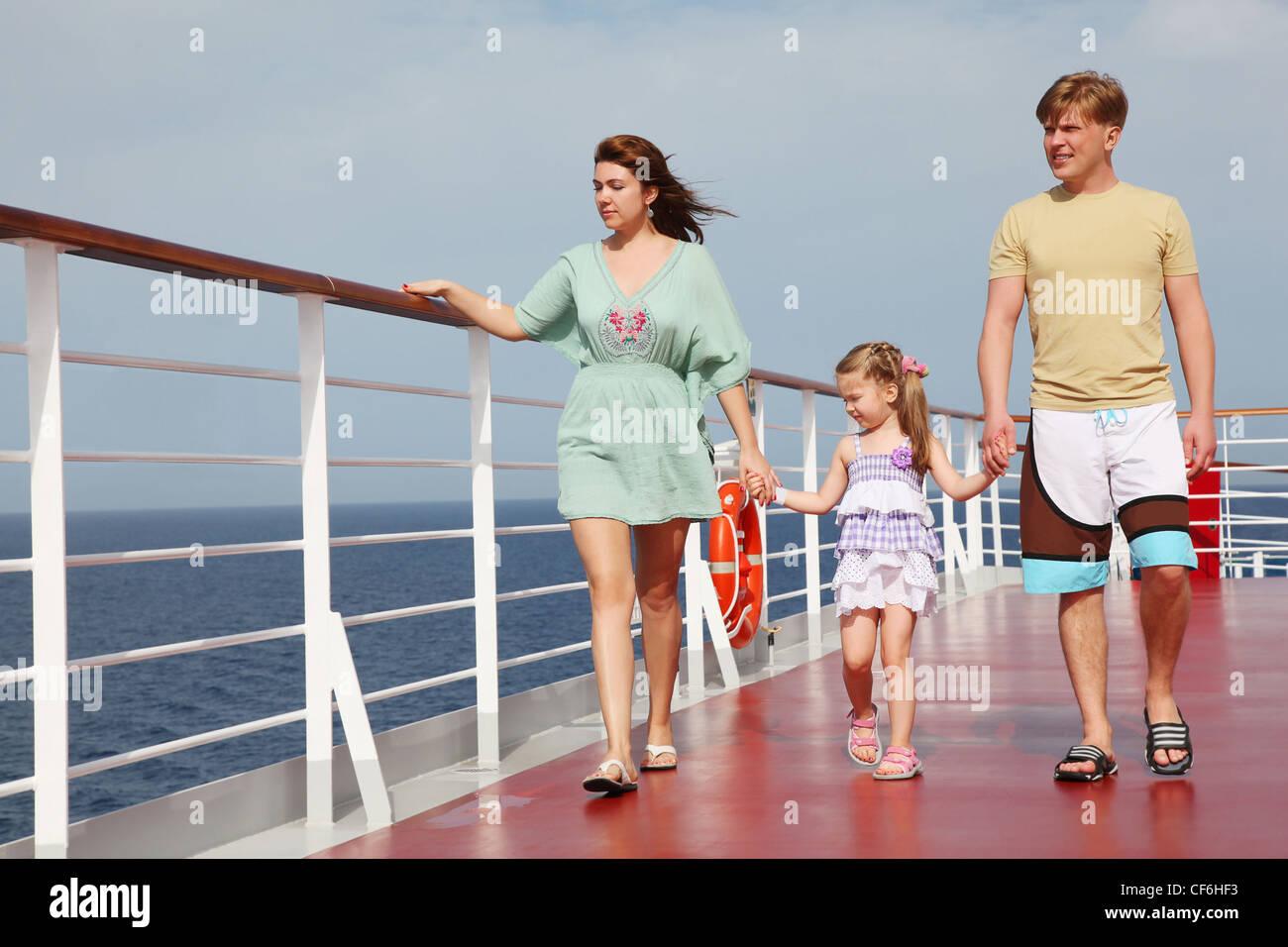 Familie mit Tochter gehen auf Cruise Liner Deck, Ganzkörper, auf der Suche nach links Stockbild