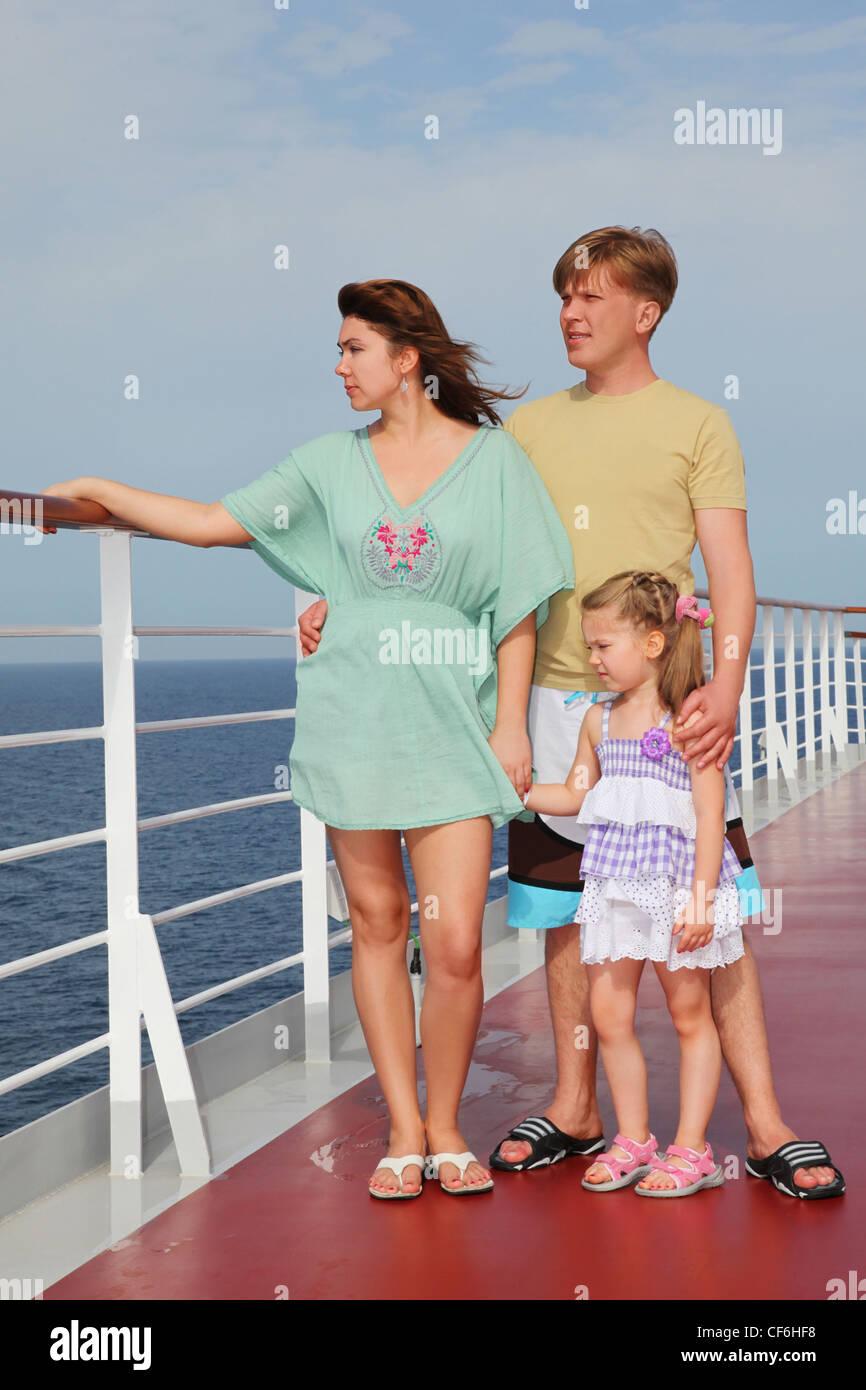 Familie mit Tochter stehen auf Cruise Liner Deck, Ganzkörper, auf der Suche nach links Stockbild