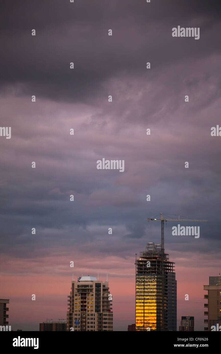 Sonnenuntergang In Hochhaus Gebäuden reflektiert; Edmonton Alberta Kanada Stockfoto