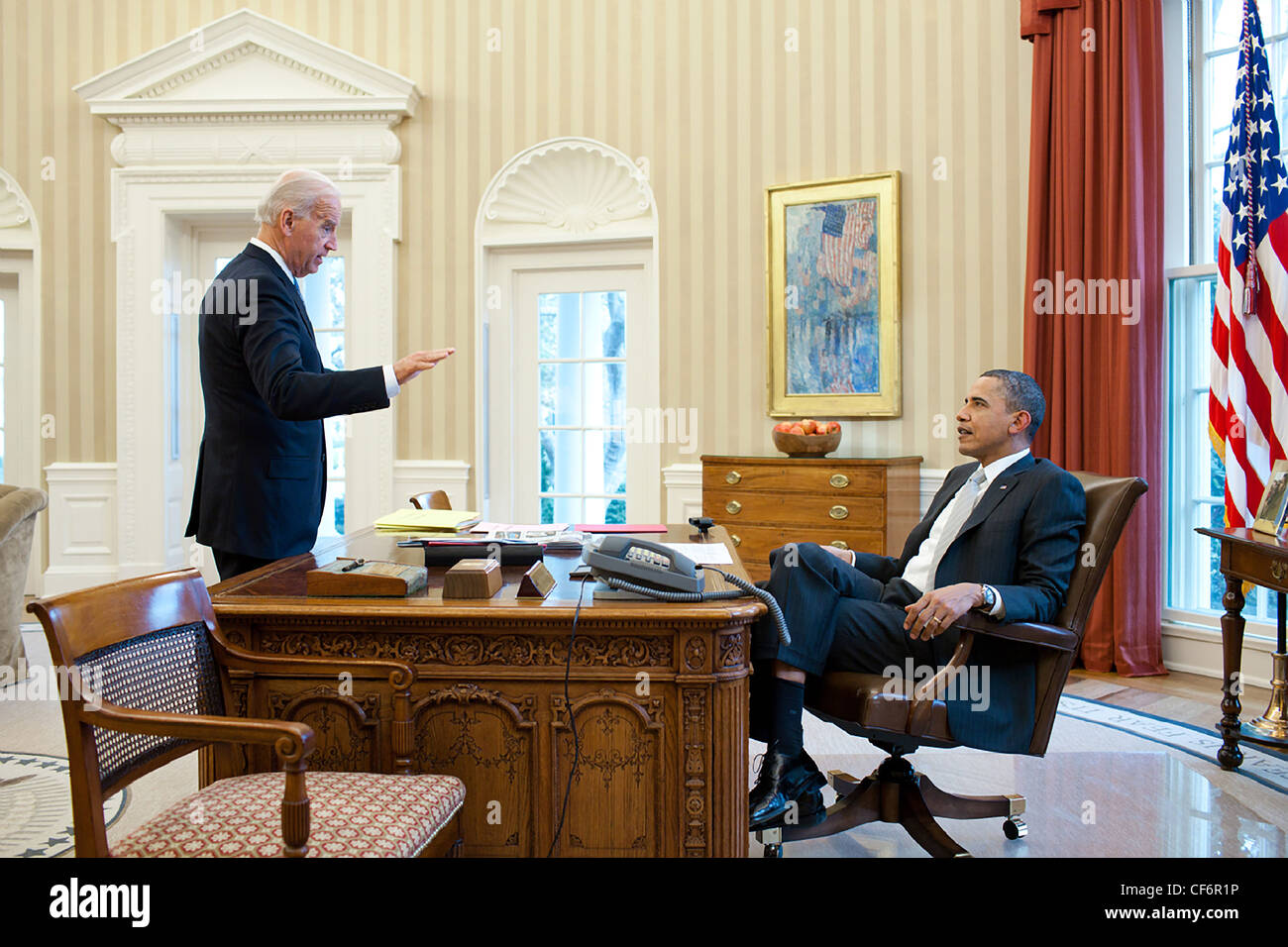 Präsident Barack Obama spricht mit Vize-Präsident Joe Biden im Oval Office 14. März 2011 in Washington, Stockbild