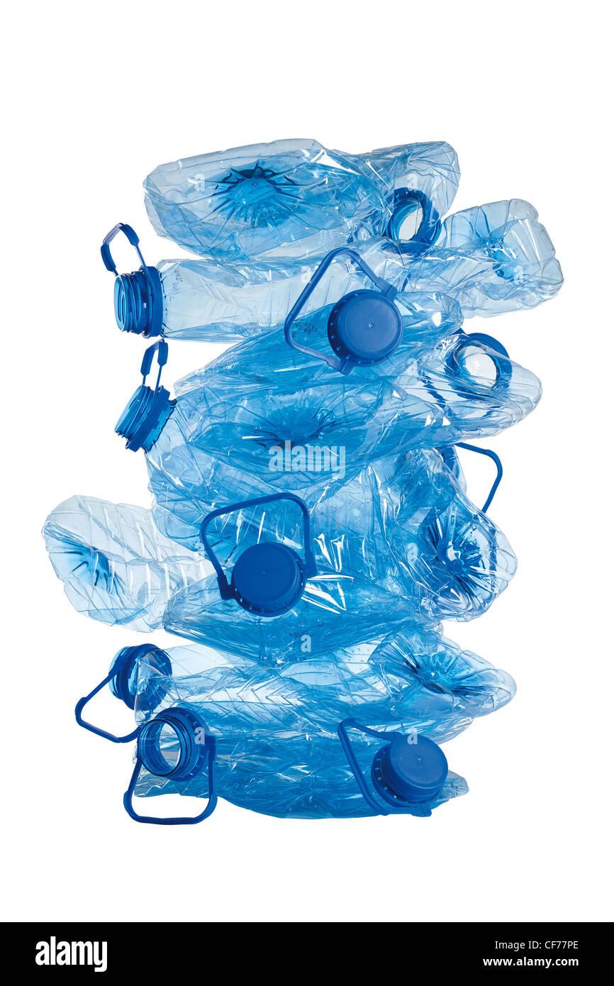 Stapel von gebrauchten blauen zerdrückt Plastikflaschen isoliert auf weißem Hintergrund Stockbild
