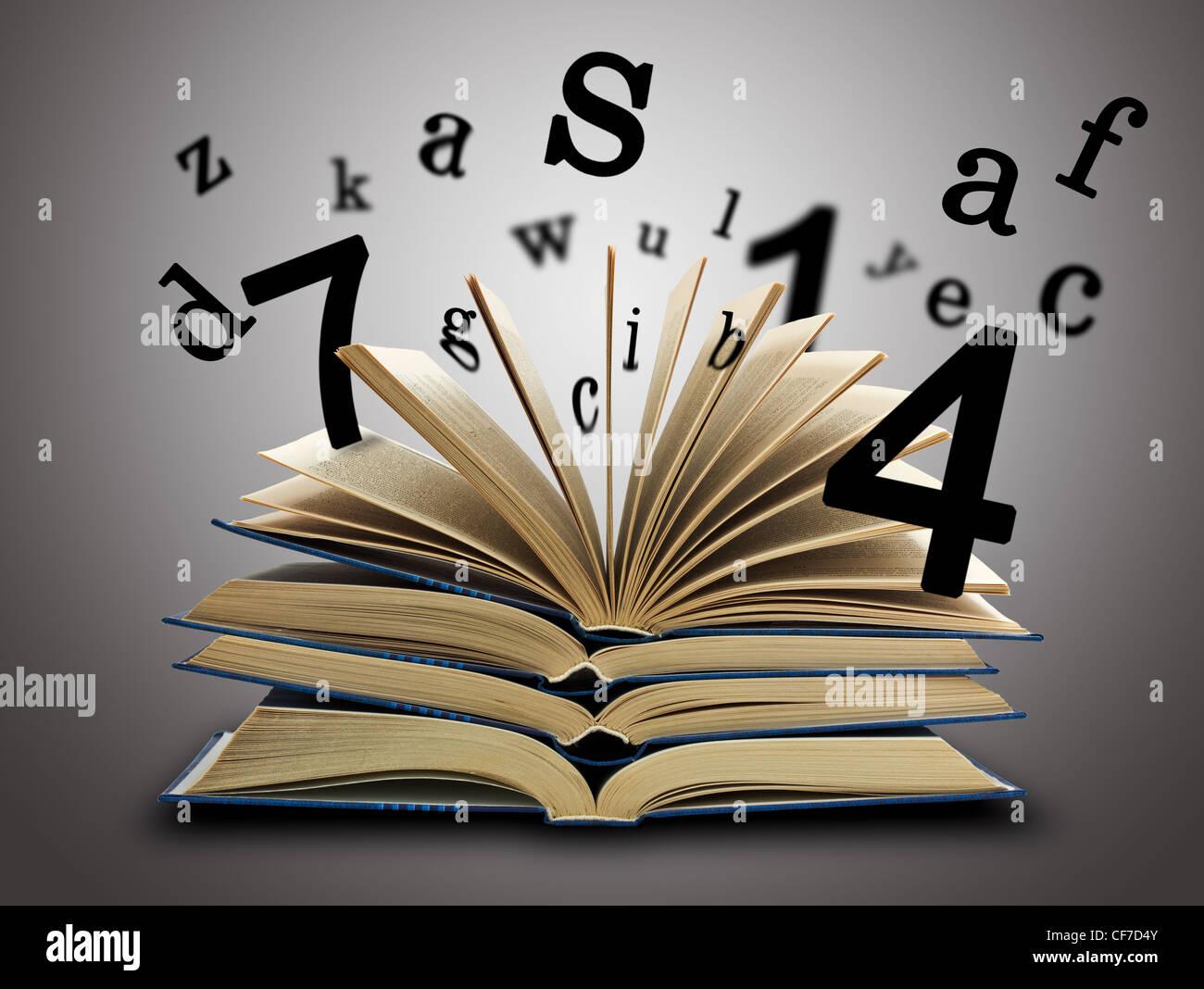 Das magische Buch und die Buchstaben und Zahlen auf einem dunklen Hintergrund. Bildungskonzept Stockbild