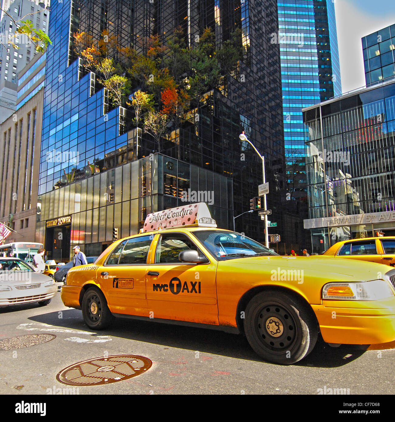 Taxi Taxi auf der 5th Avenue vor Trump Tower, Manhattan, New York City. Stockbild