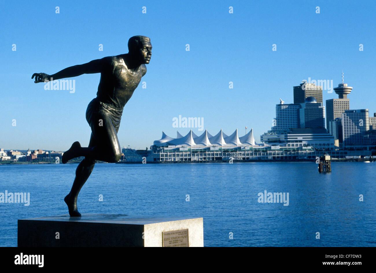 Eine Statue im Stanley Park zu Ehren Kanadas berühmte schwarze Olympischen Läufer Harry Winston Jerome mit Blick Stockfoto
