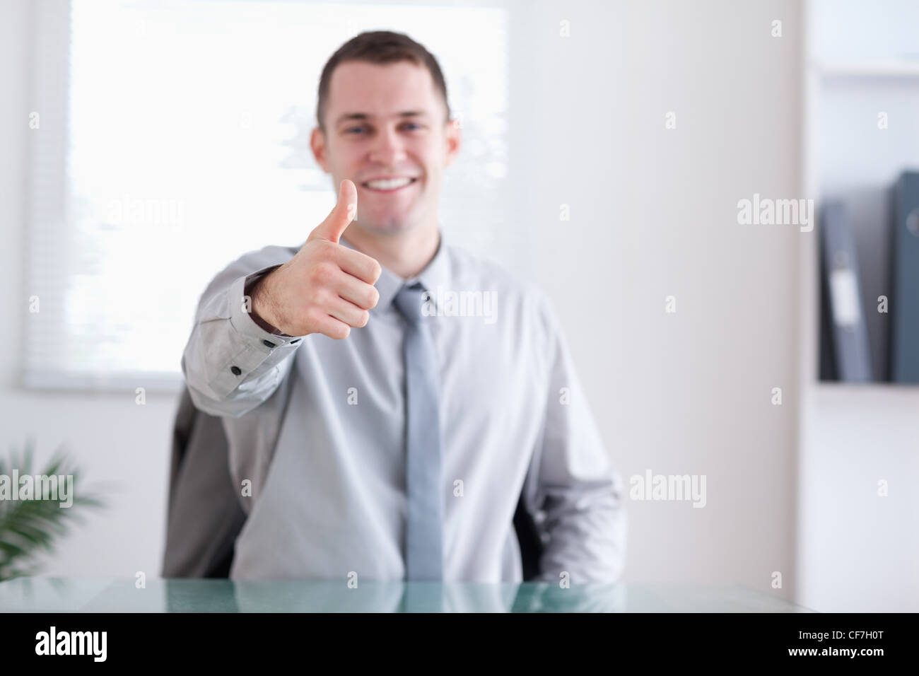 Geschäftsmann gibt Zustimmung Stockfoto