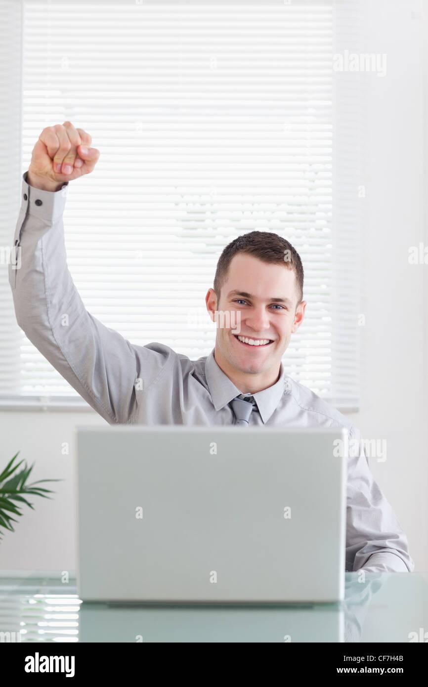 Nahaufnahme von Geschäftsmann immer tolle Nachrichten per e-Mail Stockbild