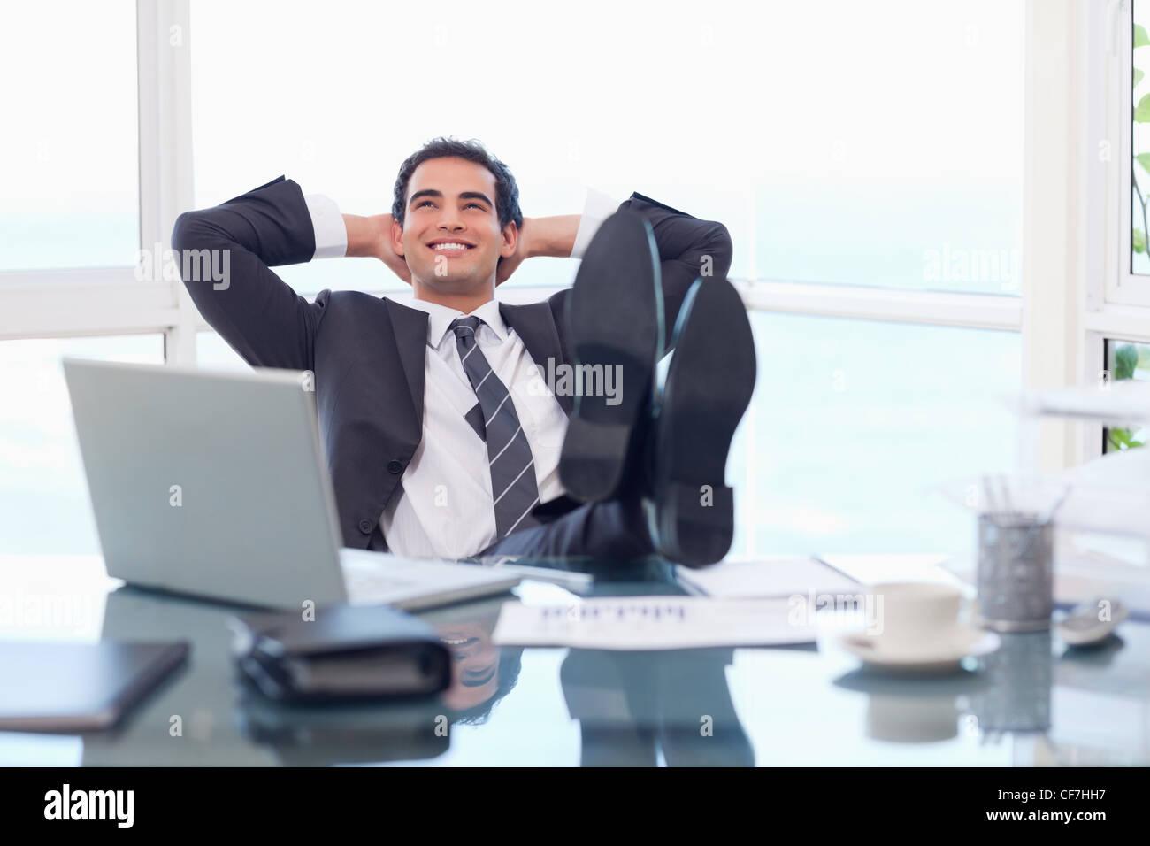 Entspannende zufrieden Geschäftsmann Stockfoto