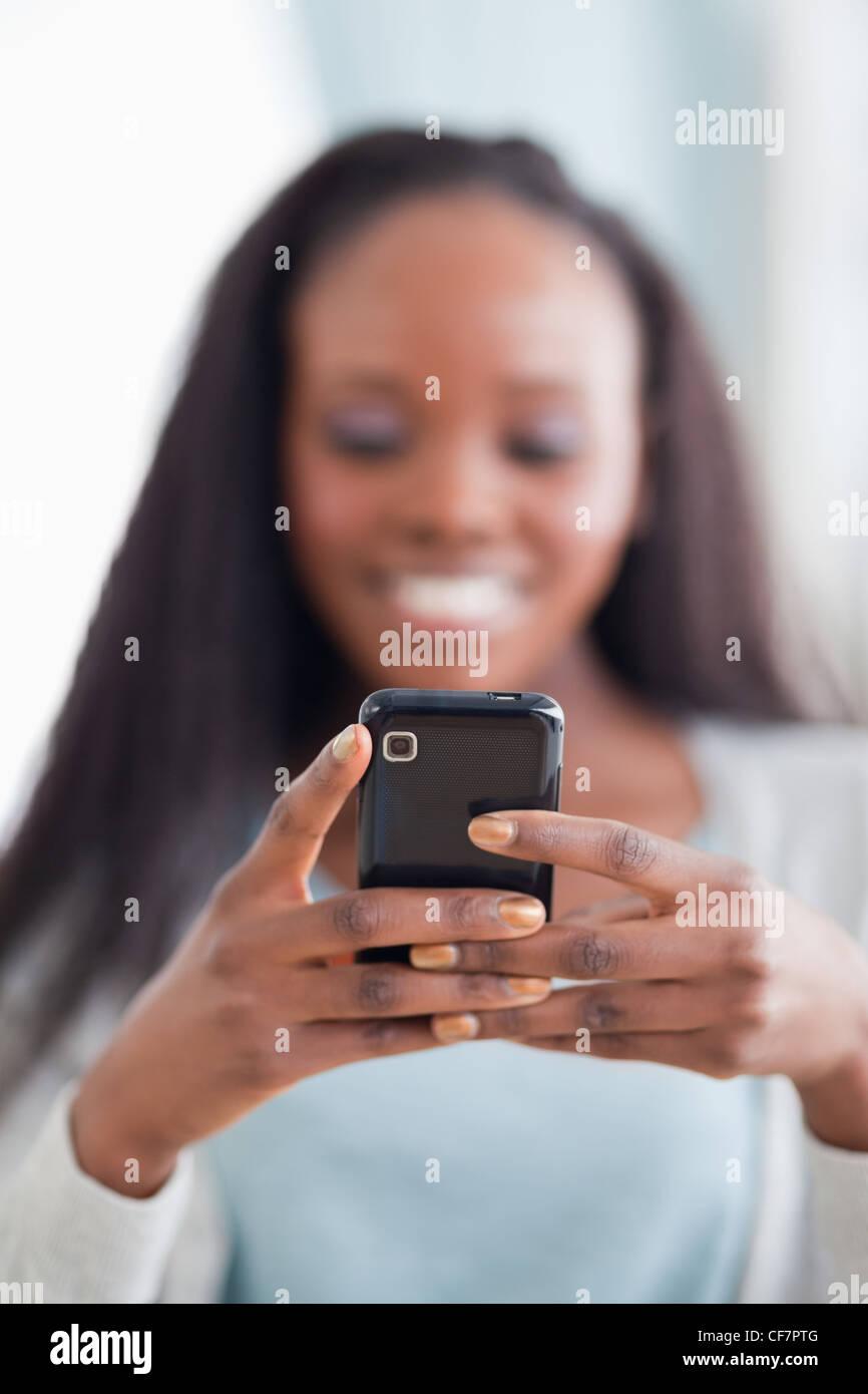 Nahaufnahme von Smartphone durch Frau statt Stockbild