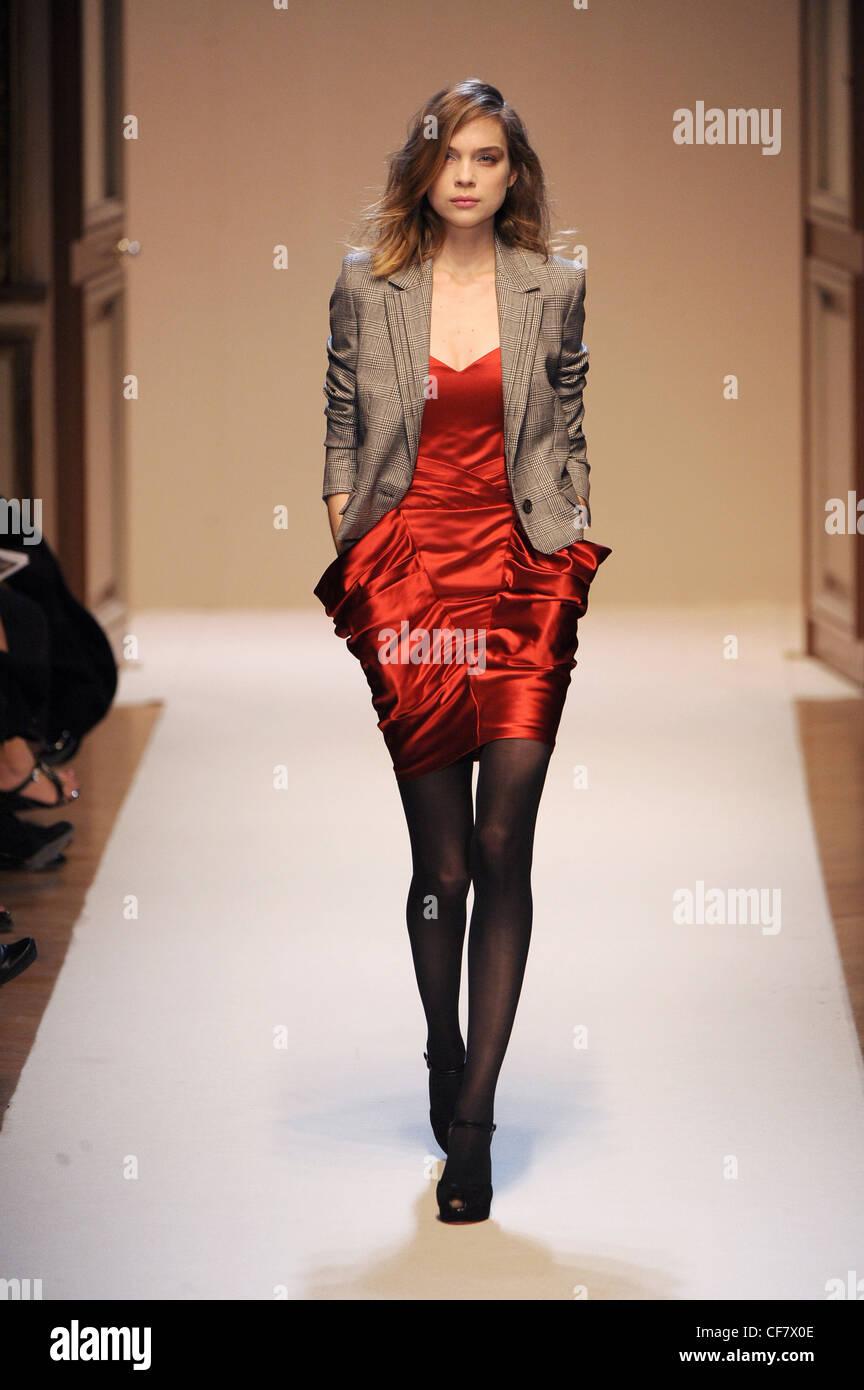 Rotes kleid schwarze strumpfhose