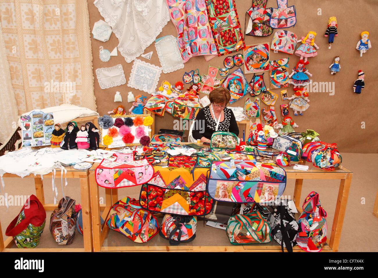 Azoren Handwerkerin, umgeben von ihren Werken. Azoren, Portugal. Stockbild