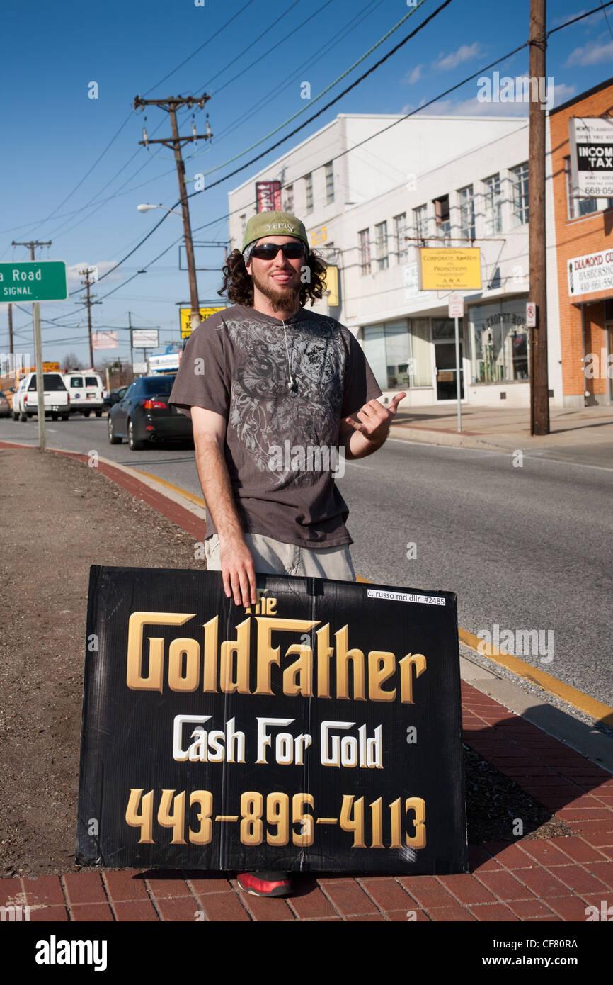 Mann mit Sandwichplatte, Bargeld für Gold, Baltimore, Maryland, USA Stockbild