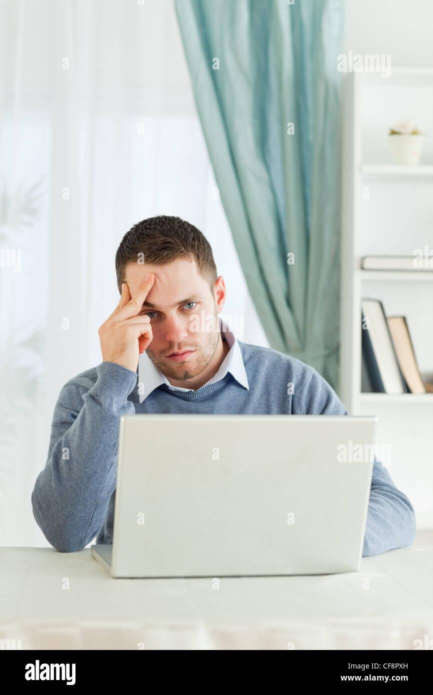 Geschäftsmann in seinem Homeoffice abgenutzt Stockfoto