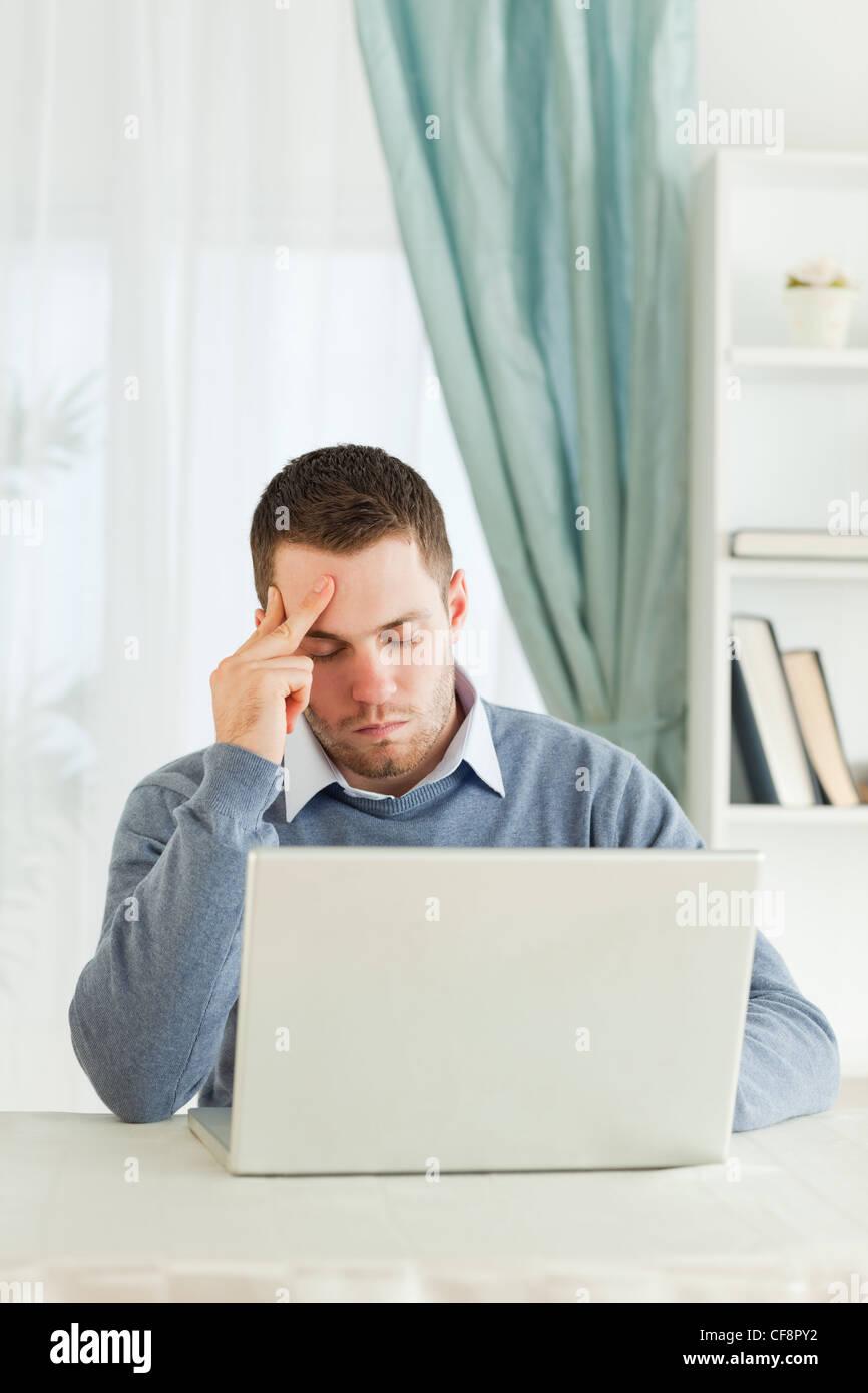 Geschäftsmann auf seinem Laptop abgenutzt Stockfoto